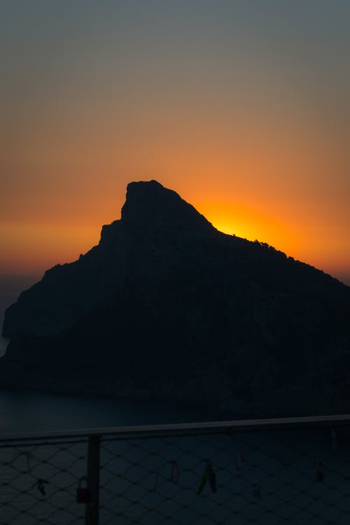 dağ, deniz, deniz kenarı, gökyüzü içeren Ücretsiz stok fotoğraf
