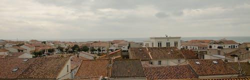 Gratis lagerfoto af grå, hav, landsby, sky