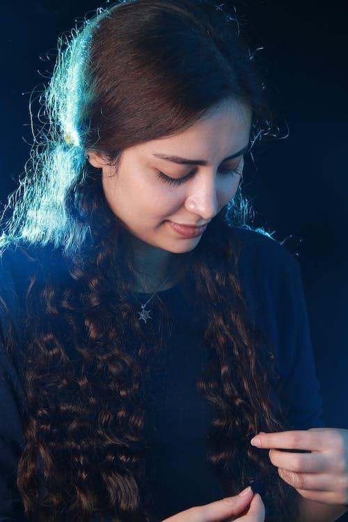 Foto profissional grátis de cabelo cacheado, cabelo castanho, escuro, garota