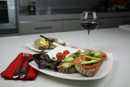 Ilmainen kuvapankkikuva tunnisteilla Avokado, leipä, lohi, viini