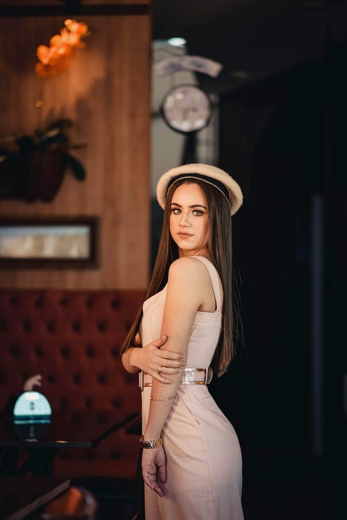 Gratis stockfoto met aantrekkelijk mooi, alleen, bruin haar, hoed