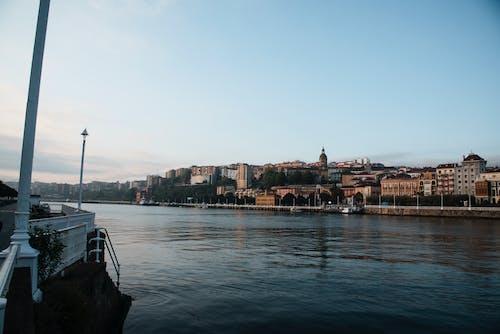 Ingyenes stockfotó hajnal, idegenforgalom, kék ég, parti város témában