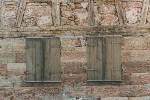 Gratis stockfoto met architectueel design, bakstenen, gevel, houten raam
