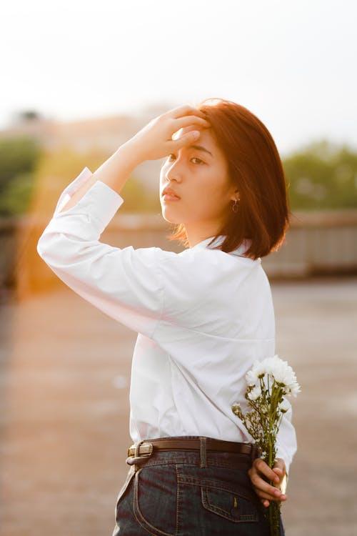 aasialainen nainen, brunette, katsoa poispäin