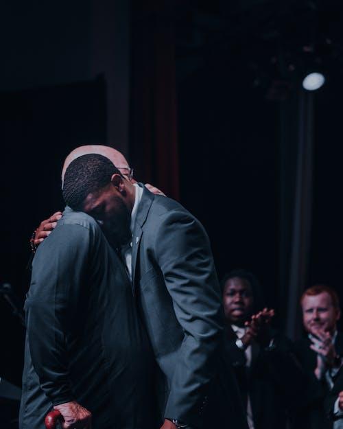 Δωρεάν στοκ φωτογραφιών με αγκαλιάζω, άνδρες, Άνθρωποι, αφροαμερικανός άντρας