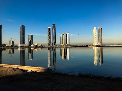 Безкоштовне стокове фото на тему «бетон, блакитне небо, будівництво скребків неба, вежа»