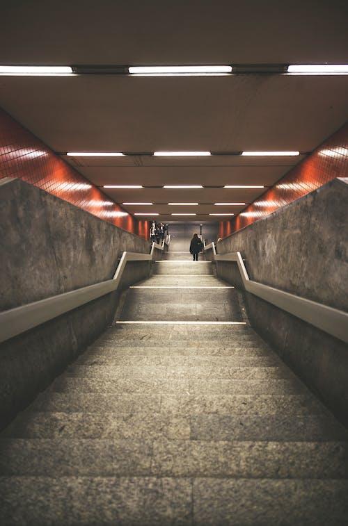 Fotobanka sbezplatnými fotkami na tému perspektíva, podzemná dráha, schodisko, schody
