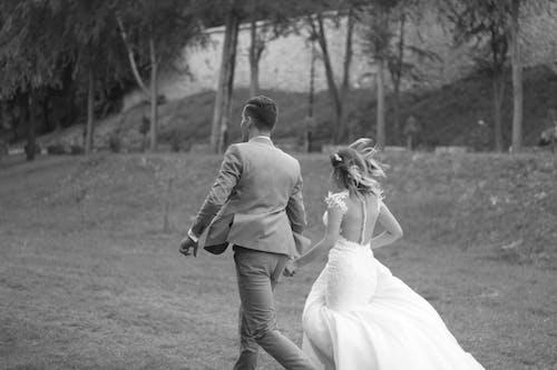 Gratis arkivbilde med bakgrunnsbilde, brud, brudekjole, brudgom