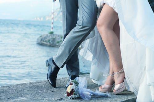 Gratis arkivbilde med bakgrunnsbilde, bein, brud, brudekjole