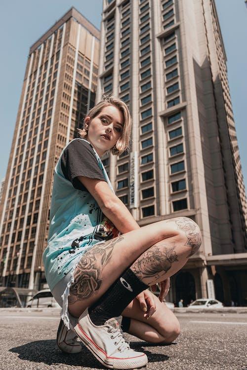 Foto profissional grátis de ajoelhado, arquitetura, arranha-céus, bonita