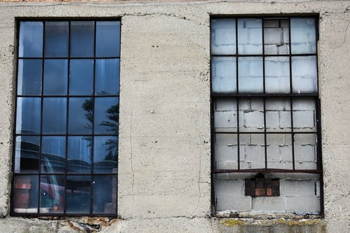 Безкоштовне стокове фото на тему «вікно, розбите вікно, цегляна стіна»