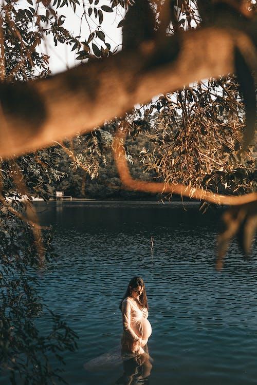 孕婦在水中的照片