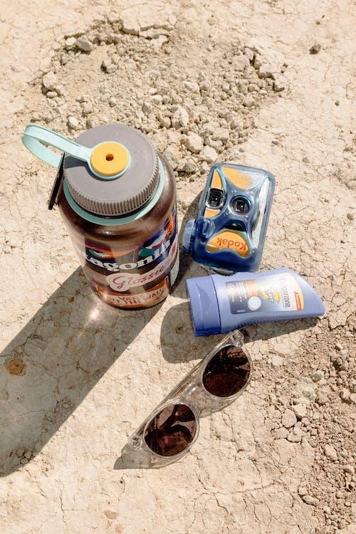 Photos gratuites de appareil photo analogique, bouteille, lunettes de soleil, sec