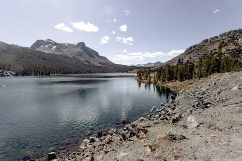 Ilmainen kuvapankkikuva tunnisteilla järvi, joki, kallio, luonto