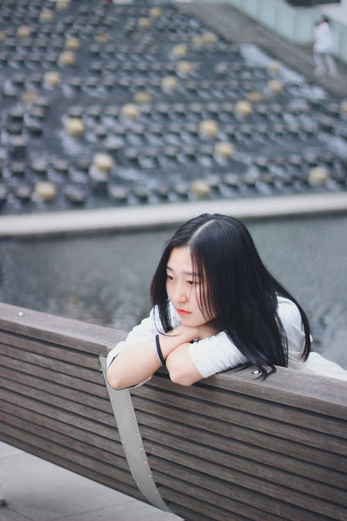 Foto profissional grátis de ao ar livre, assento, atraente, beleza