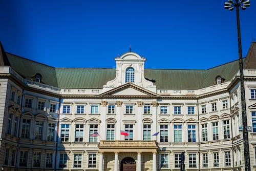 Бесплатное стоковое фото с белое здание, голубое небо, город, здание