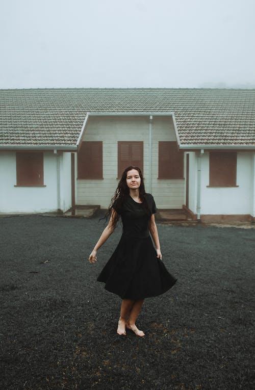 Бесплатное стоковое фото с брюнетка, дом, женщина, красивая