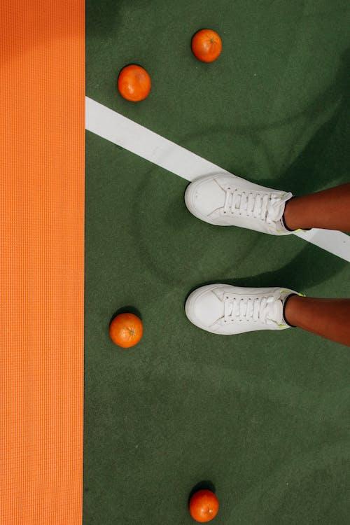 Безкоштовне стокове фото на тему «апельсини, білі кросівки, взуття, гравець»