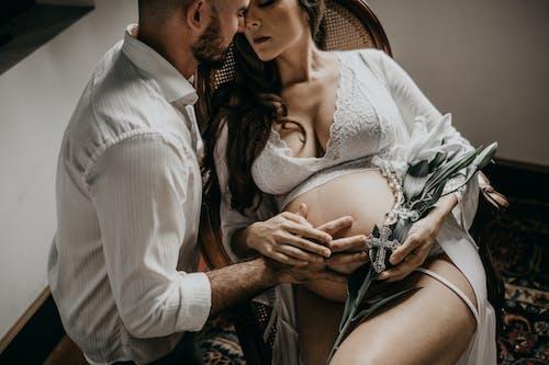 Darmowe zdjęcie z galerii z bielizna damska, ciąża, ciężarna, intymność