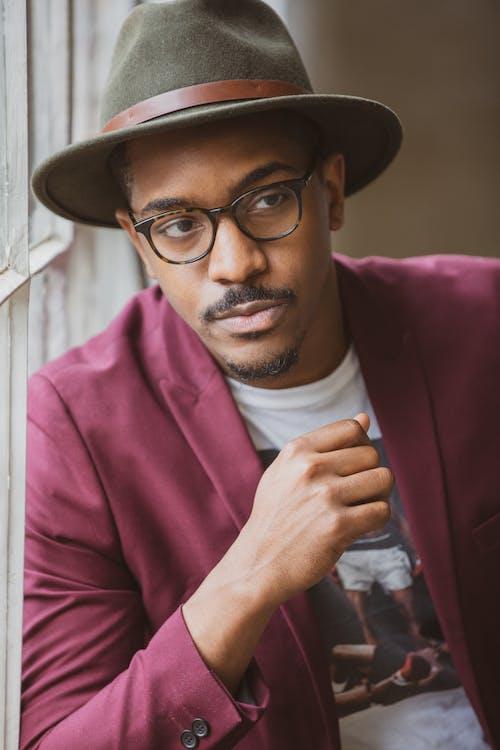 adam, aşındırmak, gözlük, güzel görünümlü içeren Ücretsiz stok fotoğraf