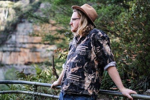Безкоштовне стокове фото на тему «дивитися вбік, капелюх, людина, надворі»