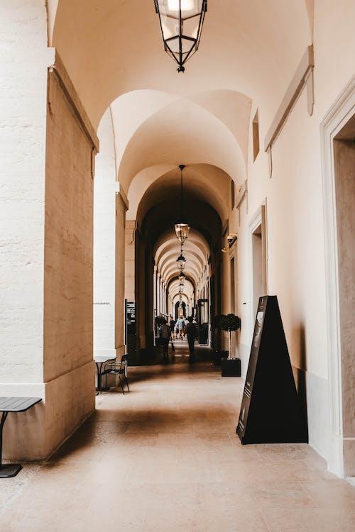 Immagine gratuita di archi, architettura, colonne, corridoio