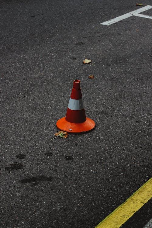 Darmowe zdjęcie z galerii z droga, pachołek, samochód, ulica