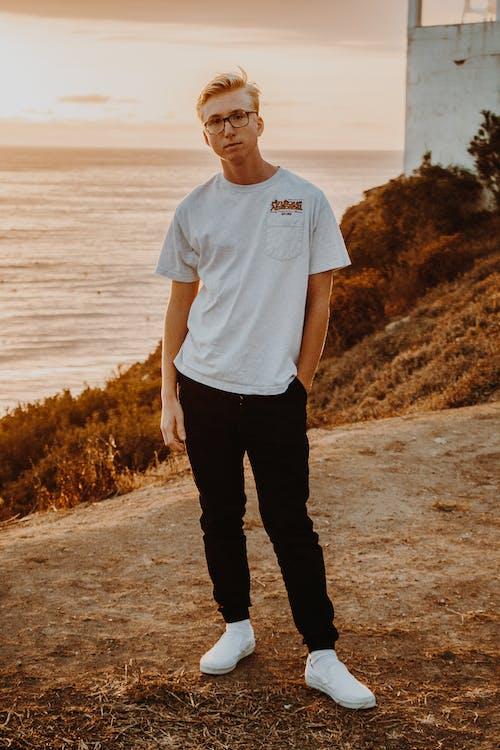 agua, camiseta blanca, de pie
