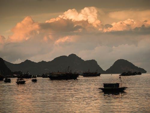 Fotos de stock gratuitas de amanecer, embarcación de vela, mar, montaña