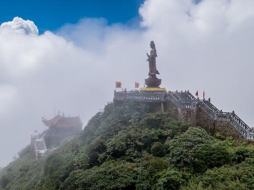Kostenloses Stock Foto zu berg, dunst, statue, tempel