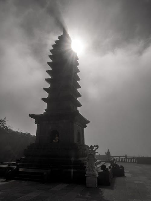 Kostenloses Stock Foto zu dunst, hinterleuchtet, pagode, schatten