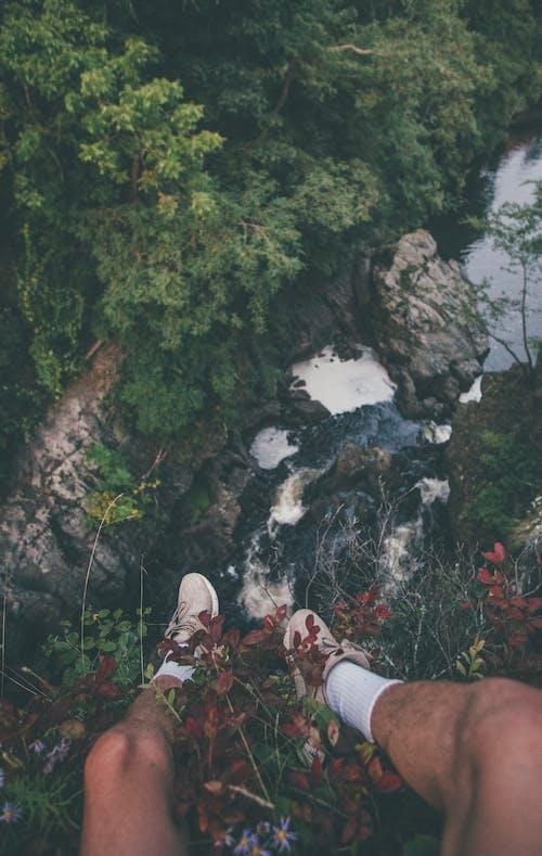 Çiçeklerle Dağın Kenarında Oturan Kişi