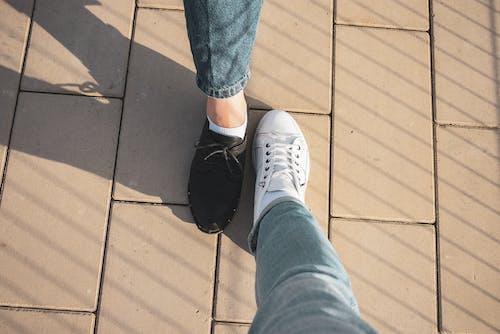 Ingyenes stockfotó fehér cipők, fekete cipők, kék farmer, lábak témában