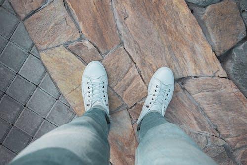 Ingyenes stockfotó Farmer, fehér cipők, lábak témában