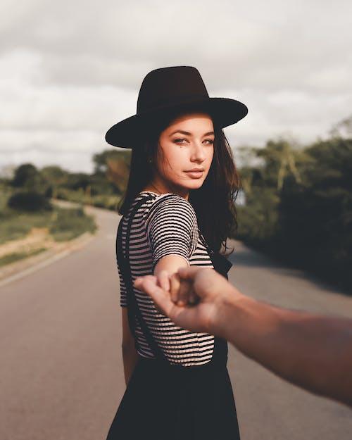 Foto d'estoc gratuïta de a l'aire lliure, barret, bellesa, bonic