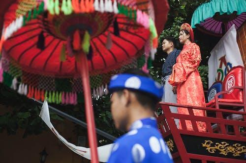Kostenloses Stock Foto zu asiatisches paar, bunt, farbenfroh, festival