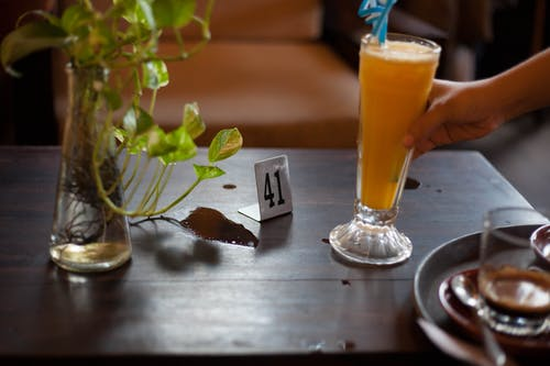 Foto profissional grátis de café, garçom, mesa de café, número