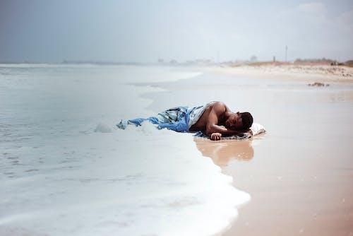 Бесплатное стоковое фото с вода, волны, голый, Лежа