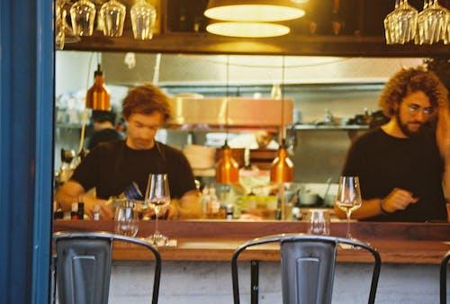Darmowe zdjęcie z galerii z bar, drink, kelner, kieliszki do wina