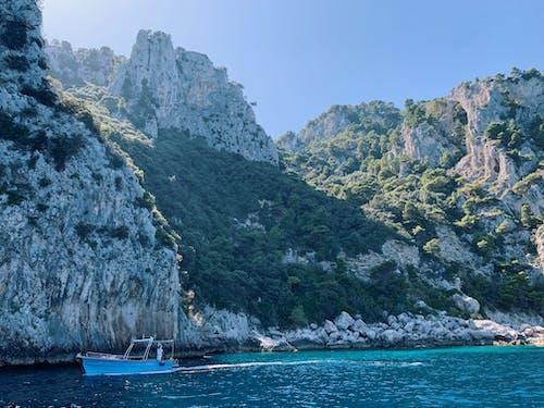 Бесплатное стоковое фото с mountians, амальфитанское, голубая вода, голубое небо