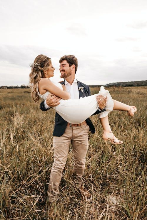 Immagine gratuita di affetto, amore, campo, contento