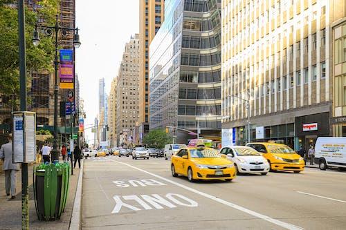 Foto stok gratis bangunan, gedung menara, jalan, kehidupan kota