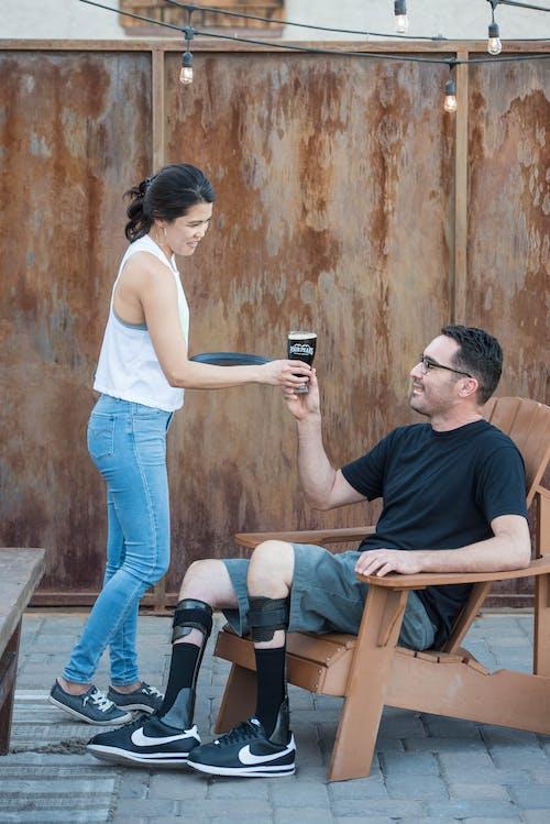 Fotos de stock gratuitas de ayuda, bebida alcohólica, camarera, casual