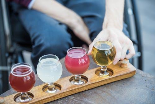 adam, alkol, alkollü içecekler, alkollü içki içeren Ücretsiz stok fotoğraf