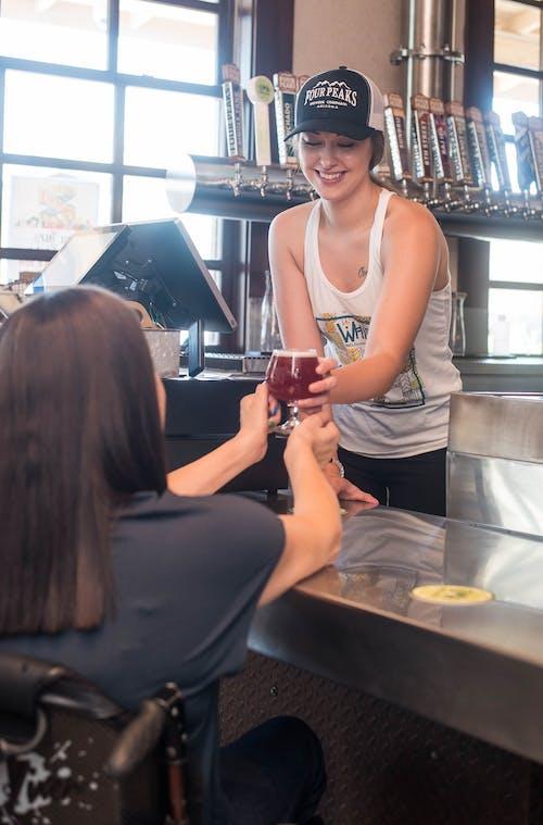 Photos gratuites de à l'intérieur, bar, barman, boisson