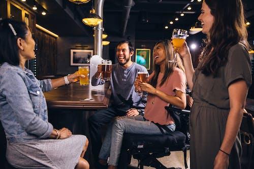 Бесплатное стоковое фото с активный отдых, бар, беседа, в помещении