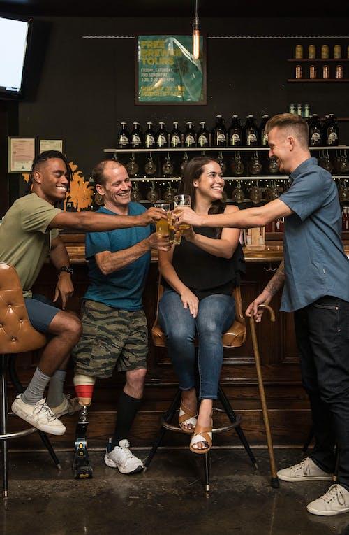 Бесплатное стоковое фото с алкогольные напитки, бар, выражение лица, гандикап