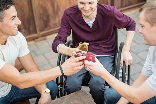 Photos gratuites de amitié, amusement, assis, bière