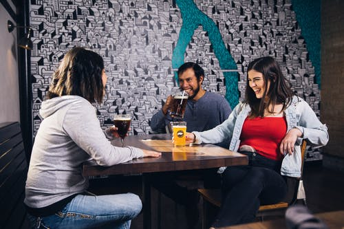 Бесплатное стоковое фото с алкогольные напитки, бар, близость, выражение лица