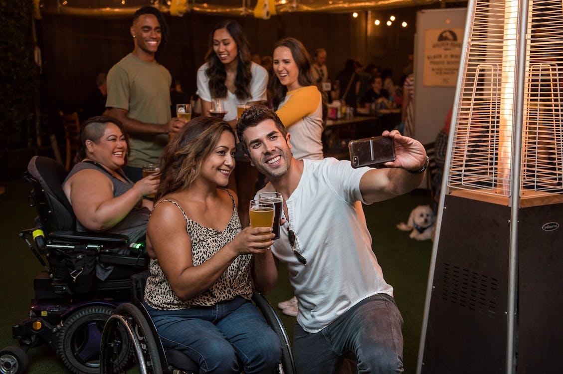 Gratis arkivbilde med bar, drikkeglass, elektrisk rullestol